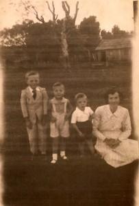 Foto da Família em 1959 em frente a casa nova, o rancho de madeira adquirido do seu Peixoto. Da esquerda para a direita: Leo, Liceo, Leonildo e Bazilides, grávida da Luiza na época.
