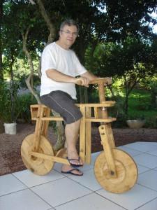 """Esta é uma réplica das famosas """"bicicletas de pau"""" feita pelo tio Ângelo Chierentin, em 2007, especialmente para mim em reconhecimento pela preocupação em conservar a história."""