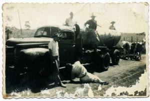 Nesta foto feita pelo tio Lino, aparece um típico caminhão de 300 arrobas da época. observe que o caminhão está com rodado duplo, mas o reboque está simples, no fundo os bois Bonito e Cruzeiro.