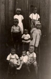 Na foto de 1957 de cima para baixo e da esquerda para a direita: Mariazinha, Antoninho, Joãozinho, Vicente e Neli do tio Achiles, depois Eu (Liceo), Leonildo e Leo do tio Lino.