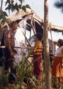 Tio Angelo Chierentin, grande artífice em madeira, foi ele que fez a minha bicicleta de pau. Na foto aparecem ele, a Catia e a tia Rosa tendo ao fundo uma roda d'água construída por ele.