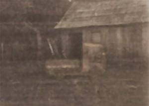 """Estacionado na frente do rancho o """"carreto"""", infelizmente não tenho foto melhor dele, esta foi recortada da foto da família, ampliada e retocada com Photoshop."""