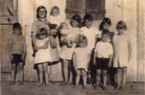 Tia Thereza, hoje religiosa conhecida pela sua dedicação a causa do bem, cercada dos filhos do tio Abel, mais ou menos na época da história narrada.