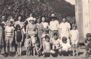 Foto da família aproximadamente da época do fato. Toni de chapéu e Bernardo um dos meninos de cócoras.
