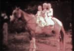 Licéia, Lucidio e Léia montados na tostada do tio Marcelino, um arranjo comum desde a época do meu avô, andar três ou mais crianças no cavalo. No finalzinho do vídeo eu e a Licéia no alazão do tio Aquiles.
