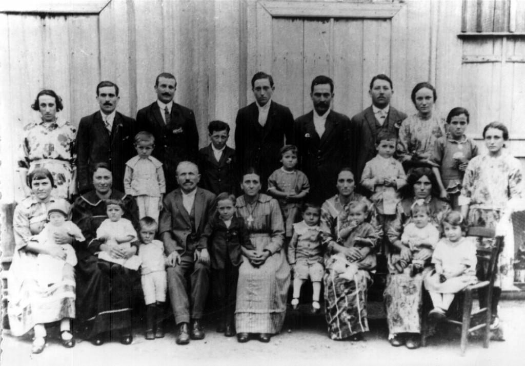 Família de Serafim e Rosa Trentin quando ainda moravam em linha Base- Nova Palma