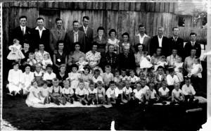 Foto tirada por ocasião dos 40 anos de casamento do vô Bortolo e vó Maria, bodas de rubi, sentados de preto no centro. Na fila da frente, eu sou o 5º da esquerda para a direita. Na segunda fila a Mariazinha é a terceira e o Selito o 12º.