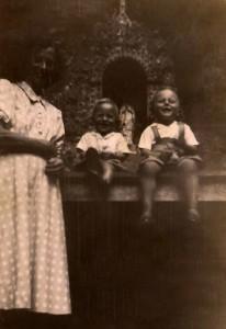Esta foto, de 1955, é muito anterior ao caso. A mãe de pé e eu e o Leo sentados no altar, na frente da gruta original construída pelo vovô, toda cravejada de ametistas.   PS.: no dia da foto também estava começando a chover.