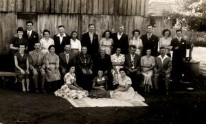 Fotos das bodas de ouro do Vovô Bortolo e da vó Maria. Tirada nos fundos do moinho, com os filhos genros e noras. As três sentadas são as  tias solteiras na época: tia Dona, tia Mími e tia Sila