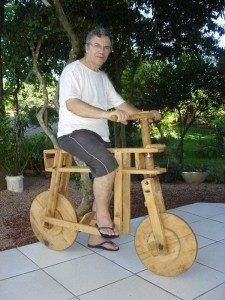 A bicicleta é um charme, esta foi feita para mim pelo tio Anjo, mas o carro do tio Miro era quase uma limousine.